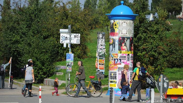 Deutschland Litfaßsäule im Mauerpark in Berlin
