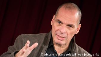 «Αντί στην ανταγωνιστικότητα θα έπρεπε να επικεντρωθούμε στην παραγωγικότητα», δηλώνει στην taz o Γ. Βαρουφάκης επικρίνοντας τον Β. Σόιμπλε (picture-alliance/dpa/B. von Jutrczenka)