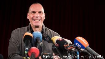 Ο Γιάνης Βαρουφάκης στο βήμα του θεάτρου Volksbühne στις 9 Φεβρουαρίου 2016