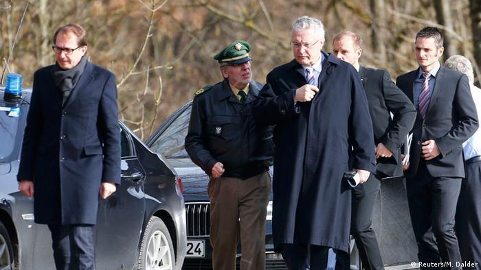 Gemeinsamer Besuch der Unfallstelle: Bayerns Bundesverkehrsminister Dobrindt (l.) und Innenminister Herrmann. (Foto: REUTERS/Michael Dalder)