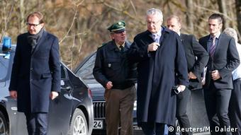 El ministro alemán de Transporte, Alexander Dobrindt, y el titular de Interior bávaro, Joachim Herrmann, en el lugar del siniestro.