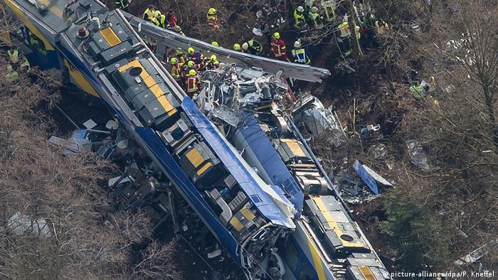 Un tribunal alemán condenó hoy a tres años y medio de prisión a un controlador de tráfico ferroviario por considerarlo responsable de un choque de trenes en febrero pasado que dejó doce muertos. (5.12.2016)