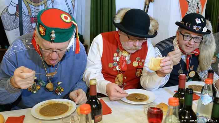 Винфрид Кречман (слева) и другие участники традиционного завтрака