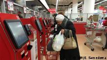 Supermarkt mit Kunden DW/Korrespondentin Ewlalia Samedowa und wurden freigegeben. Schlüsselworte: Wirtschaftskrise Russland, Geld, Kredite, Armut, Geschäfte, Moskau © DW/E. Samedowa