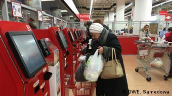 Женщина в супермаркете с корзинкой для товаров