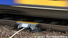 ARCHIV - Ein Harz-Elbe-Express (HEX) passiert eine Punktförmige Zugbeeinflussung (PZB) an einem Signal in Hordorf (Oschersleben), aufgenommen am 24.01.2012. Am 21.11.2012 wird vor dem Landgericht Magdeburg (Sachsen-Anhalt) der Prozess gegen den Lokführer des Zugunglücks von Hordorf am 29. Januar 2011 mit zehn Toten fortgesetzt. Foto: Jan Woitas/dpa (zu lah vom 21.11.2012) +++(c) dpa - Bildfunk+++ picture-alliance/dpa/J.Woitas