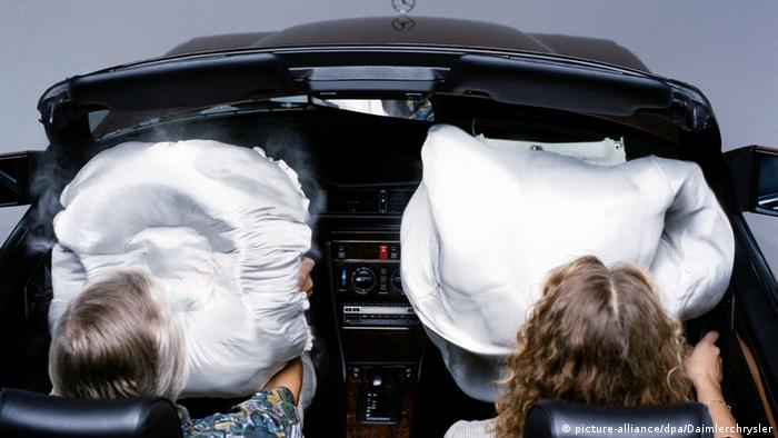 Airbags in einem Mercedes (Archivbild: picture-alliance/dpa/Daimlerchrysler)