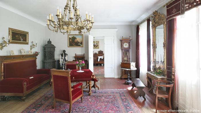 Vista de un salón amueblado de la época imperial.