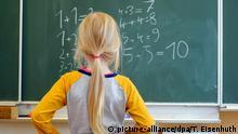 Deutschland Unterricht Schule Mathematik Schülerin Tafel