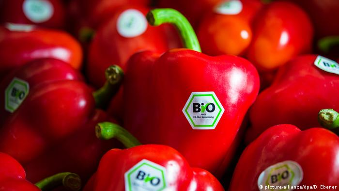 Red peppers, organic (picture-alliance/dpa/D. Ebener)