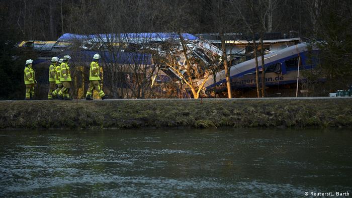Rettungskräfte am verunglückten Zug in Bad Aibling (Foto: Reuters/L. Barth)