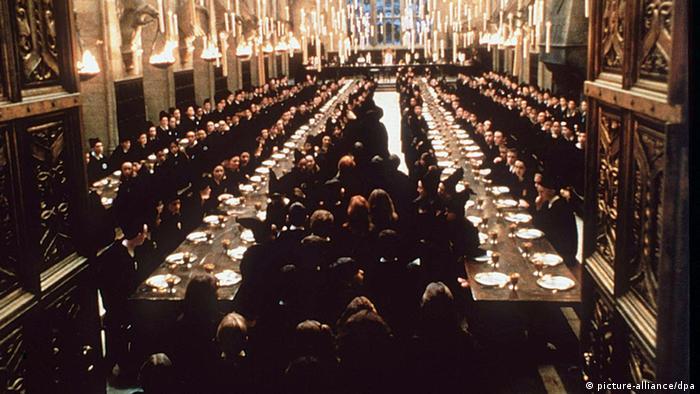 In einer Filmszene von Harry Potter sitzen die Zauberschüler im Speisesaal.