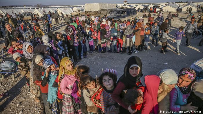Сирийские беженцы в очереди за едой близ турецкой границы