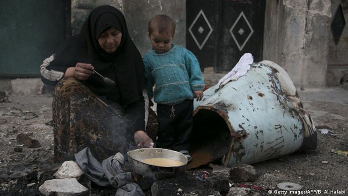 الفقز في حلب امرأة تطبخ في الشارع في حي تل الزرازير بتاريخ 23.11.2014