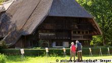 Bildergalerie: Schwarzwald Besucher stehen am Freitag (25.05.2012) vor dem Vogtsbauernhof bei Gutach im Schwarzwald. Der Vogtsbauernhof feiert 2012 das 400-jährige Bestehen, er gibt dem Museum seinen Namen. Das historische Gebäude war im Jahr 1612 erbaut worden. 1963 wurde ein Museum daraus. Der Vogtsbauernhof ist nach eigenen Angaben das älteste Freilichtmuseum BAden-Württembergs. Foto: Patrick Seeger dpa/lsw +++(c) dpa - Bildfunk+++ Copyright: picture-alliance/dpa/P. Seeger