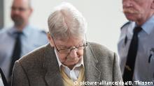 11.02.2016 **** Der früheren Auschwitz-Wachmann Reinhold Hanning kommt am 11.02.2016 in Detmold (Nordrhein-Westfalen) in den Verhandlungssaal. Dem 94-Jährigen wird Beihilfe zum Mord in mindestens 170 000 Fällen vorgeworfen. Der Prozess vor dem Landgericht Detmold findet in den Räumen der Industrie und Handelskammer IHK statt. Foto: Bernd Thissen/dpa © picture-alliance/dpa/B. Thissen