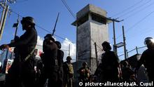 17.6.2014 *** epa04264141 Policemen and soldiers stand guard outside the jail of Cancun after a riot by prisoners to demand better conditions and the resignation of the Director of the jail, in Cancun, Mexico, 17 June 2014. EPA/Alonso Cupul Copyright: picture-alliance/dpa/A. Cupul