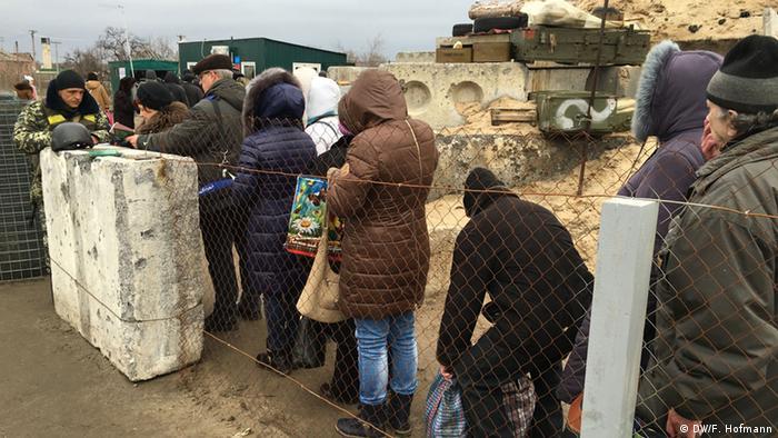 Очередь на пункте пропуска в Станице Луганской