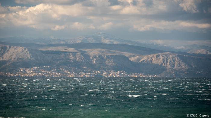Blick von der türkischen Küste auf die griechische Insel Chios (Foto: DW)
