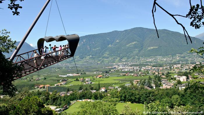 Skywalk in Südtirol Österreich in den Gärten von Trauttmansdorff Meran