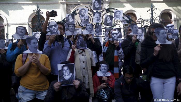 Con el hashtag #NosEstánMatando, varios periodistas de diversos medios se juntaron en el Ángel de la Independencia, un monumento en el centro de la Ciudad de México, donde pintaron mensajes para frenar la violencia y portaron fotografías de sus compañeros asesinados. (16.05.2017)