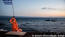 Griechenland beschädigtes Boot von Flüchtlingen bei der Insel Lesbos
