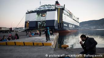 Refugees and migrants at Mytilini's port as they wait to travel by ferry to Athens from Lesbos, Greece, on the 24th of December 2015 (Photo: Socrates Baltagiannis/dpa +++(c) dpa - Bildfunk+++)