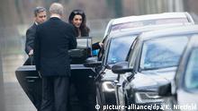 Mit Eskorte: Mr. Clooney und Mrs. Alamuddin nach dem Treffen bei Chancellor Merkel