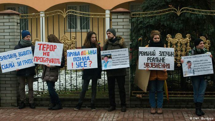 Під стінами оболонського суду активісти вимагали перекваліфікувати обвинувачення