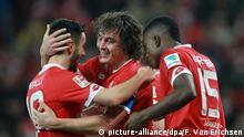 Der Mainzer Julian Baumgartlinger (2.v.l.) jubelt nach seinem Siegtreffer mit Yunus Malli (l.) und Jhon Cordoba