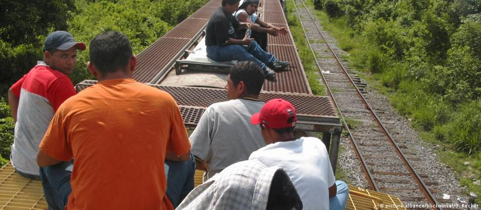 Jovens da América Central atravessam o México de trem rumo à fronteira com os Estados Unidos