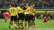 Dortmunder Traube um Matchwinner Henrikh Mkhitaryan, Hannover am Boden