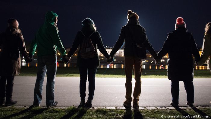 Menschenkette Dresden Gedenken Zweiter Weltkrieg (picture-alliance/dpa/S.Kahnert)