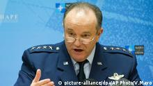 picture-alliance/dpa/AP Photo/V.Mayo Supreme Allied Commander Europe U.S. Air Force Gen. Phillip Breedlove speaks during a media briefing at NATO headquarters in Brussels on Thursday, Feb. 11, 2016. In a dramatic escalation of NATO¿s involvement in Europe¿s gravest migrant crisis since World War II, the U.S.-led military alliance ordered three warships on Thursday to sail immediately to the Aegean Sea to assist in efforts to end the deadly smuggling of migrants between Turkey and Greece. (AP Photo/Virginia Mayo, Pool)