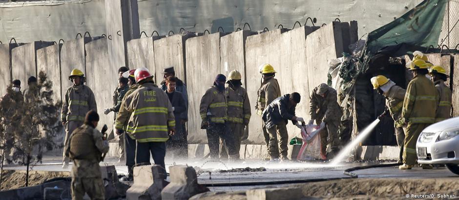 Bombeiros e membros das forças de segurança trabalham em local de atentado suicida no Afeganistão