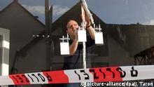 Beweissicherung an drei Einschusslöchern - in Arnsberg (Nordrhein-Westfalen) wurde das Parteibüro der AfD angegriffen