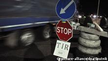 Ukraine Aktivisten blockieren russische LKWs