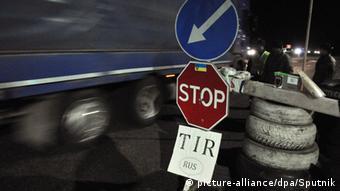 Российский грузовик и рядом с ним знак Стоп