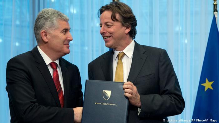 Der Vorsitzende des bosnischen Staatspräsidiums, Dragan Covic und der nieiderländische Außenminister Bert Koenders in Brüssel (Foto: picture-alliance/AP Photo/V. Mayo)