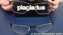 12.02.2016+++ ILLUSTRATION - Hände halten am 12.02.2016 auf der Messe Ambiente in Frankfurt am Main (Hessen) am Rande der Pressekonferenz für den Negativ-Preis «Plagiarius» eine gefälschte Brillenfassung über dem Originalmodell «Arles» von dem Hersteller Meyer Brillenmanufaktur GmbH Saarbrücken. Für die Fälschung erhält ein Brillenhersteller aus Rathenow (Brandenburg) den ersten Preis. Bereits seit 1977 vergibt die Aktion Plagiarius den gefürchteten Schmäh-Preis an Hersteller und Händler besonders dreister Nachahmungen und Fälschungen. Foto: Arne Dedert/dpa +++(c) dpa - Bildfunk+++ +++(c) picture-alliance/dpa/A. Dedert