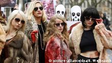 Mit blutigen Pelzmänteln und Händen protestieren PETA-Aktivistinnen am 23.11.2012 in Düsseldorf (Nordrhein-Westfalen) gegen das Tragen von Pelzmänteln. Anlass der Aktion auf einer Einkaufsmeile ist der Fur-Free-Friday - der Pelzfreie Freitag. Foto: Roland Weihrauch/dpa +++(c) dpa - Bildfunk+++ +++ (C) picture-alliance/dpa/R. Weihrauch