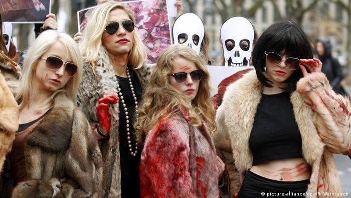 Кровавые шубы: протест организации защиты животных РЕТА против шуб из натурального меха