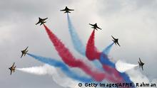 14.02.2016 **** Bildunterschrift:South Korea's Black Eagles aerobatics team perform an aerial display during a preview at the Singapore Airshow at Changi exhibition center in Singapore on February 14, 2016. The Singapore Airshow 2016 begins on February 16 to 21. AFP PHOTO / ROSLAN RAHMAN / AFP / ROSLAN RAHMAN (Photo credit should read ROSLAN RAHMAN/AFP/Getty Images) © Getty Images/AFP/R. Rahman