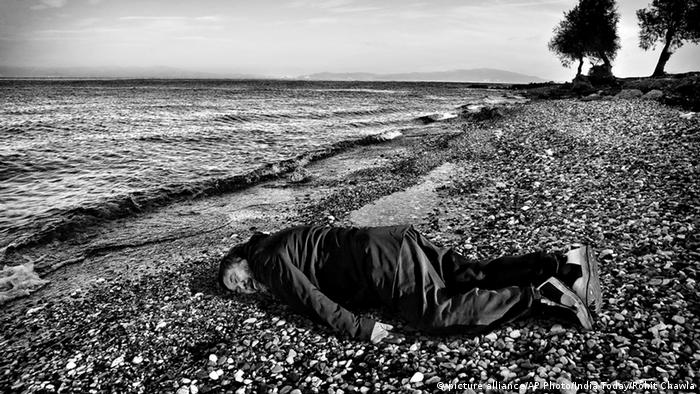 Ai Weiwei auf einem Strand auf Lesbos. © picture alliance/AP Photo/India Today/Rohit Chawla