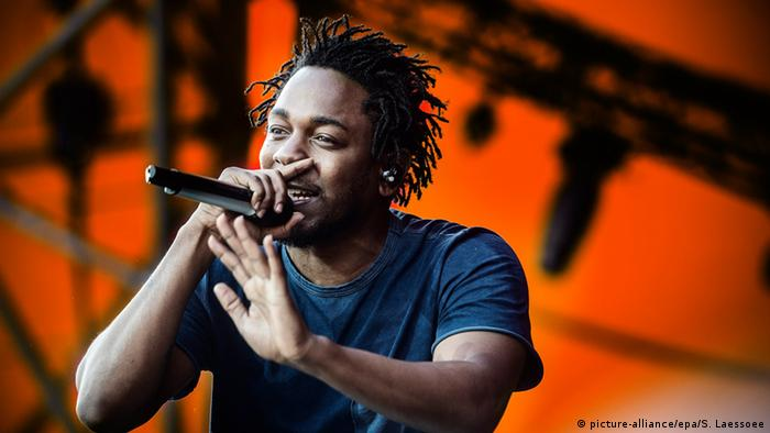 Rapper Kendrick Lamar on stage (picture-alliance/epa/S. Laessoee)