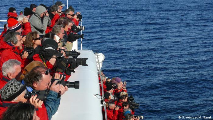 Touristen schießen vom Schiff Fotos (Foto: S. Weniger/ M. Marek).