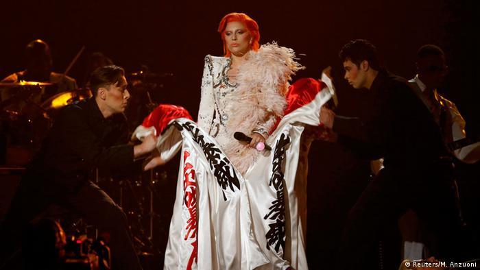 Lady Gaga homenajeó al recientemente fallecido David Bowie.