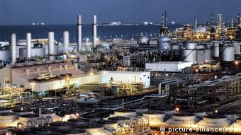 Η «κατάσταση έκτακτης ανάγκης» στην οποία έχει περιέλθει η αγορά πετρελαίου δεν αφορά μόνον τις επιχειρήσεις, αλλά το σύνολο της παγκόσμιας οικονομίας