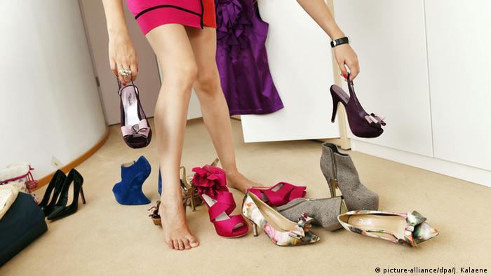 d18b77deb Deutschland Frau mit modischen Schuhen (picture-alliance/dpa/J. Kalaene).  يمتلك الشخص العادي عدة أزواج من الأحذية، ولكن هناك أشخاص في ...
