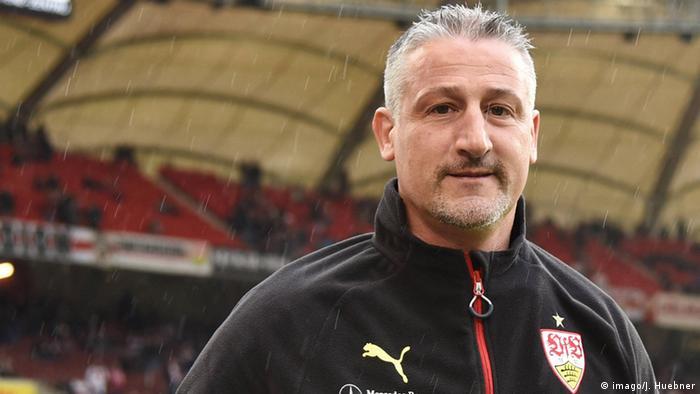 Deutschland Stuttgart Trainer Juergen Kramny im Regen